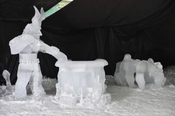 Ledové sochy čertů na snímku pořízeném 9. ledna 2019 na Pustevnách na Vsetínsku. Díla šesti umělců budou pro veřejnost k vidění od 12. ledna na festivalu Ledové Pustevny. Přehlídka potrvá do 27. ledna.