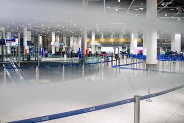 Prázdná letištní hala v německém Düsseldorfu.