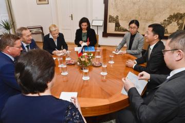 Předseda Senátu Jaroslav Kubera (druhý zleva) se 10. ledna 2019 v Praze setkal s čínským velvyslancem Čang Ťien-minem (druhý zprava).
