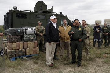 Americký prezident Donald Trump během návštěvy hranice s Mexikem u řeky Rio Grande.