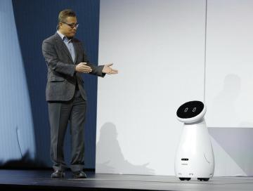 Gary Lee ze společnosti Samsung představil na veletrhu CES v Las Vegas robota Bot Care, který je určen k tomu, aby kontroloval prarodiče.
