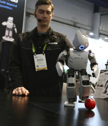 Miniaturní humanoidní výzkumný robot ROBOTIS OP2 představený na veletrhu CES v Las Vegas.