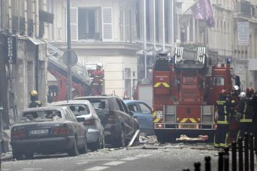Pekařstvím v centru Paříže otřásla silná exploze. Na snímku zasahující hasiči.