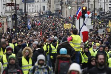 Příznivci hnutí žlutých vest v ulicích Paříže.