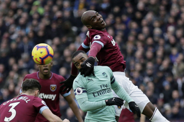 Fotbalista West Hamu Angelo Ogbonna (nahoře) skáče přes hráče Arsenalu Alexandre Lacazetteho.