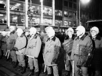 Demonstrace na Václavském náměstí v Praze 18.ledna 1989 u příležitosti 20.výročí upálení Jana Palacha. Na sn. Nastoupení příslušníci pořádkových sil SNB - policejní jednotky.