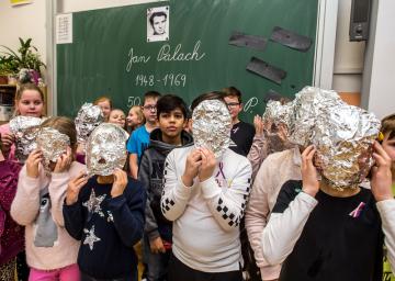 Žáci ZŠ Palachova v Ústí nad Labem si 16. ledna 2019 připomněli 50. výročí upálení Jana Palacha. Děti ze třetí třídy vytvořily z alobalu masky v návaznosti na tajné sejmutí posmrtné masky Jana Palacha.