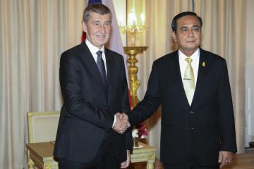 Český premiér Andrej Babiš (vlevo) a jeho thajský protějšek Prajutch Čan-Oča během schůzky v Bangkoku.