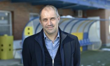 Nový trenér fotbalového klubu Fastav Zlín Roman Pivarník pózuje fotografovi 17. ledna 2019 po mimořádné tiskové konferenci ve Zlíně.