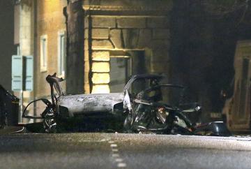 Trosky automobilu, které explodovalo před budovou soudu v severoirském městě Londonderry.