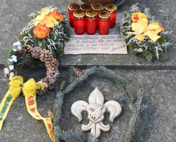 Věnce a zapálené svíčky na hrobě spisovatele a propagátora skautingu Jaroslava Foglara připomněly 23. ledna 2019 na Vinohradském hřbitově v Praze 20 let od jeho úmrtí.
