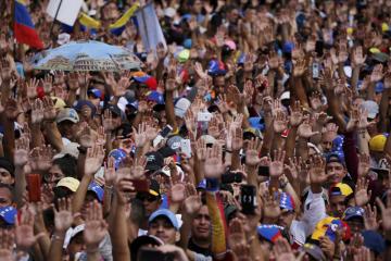 Ulice venezuelské metropole Caracasu dnes zaplavily desetitisíce lidí demonstrujících proti stávajícímu prezidentovi Nicolási Madurovi.