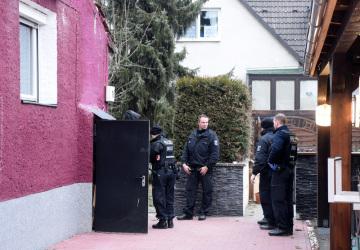 Policejní razie proti mezinárodnímu gangu pašeráků zbraní v Berlíně.