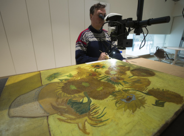 Slavný obraz nizozemského malíře Vincenta van Gogha Slunečnice během  zásahu restaurátora.