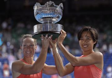Australská tenistka Samantha Stosurová (vlevo a Číňanka Čang Šuaj (vpravo) vyhrály čtyřhru na Australian Open a získaly první společnou grandslamovou trofej. Ve finále v Melbourne porazily obhájkyně titulu Kristinu Mladenovicovou a Timeu Babosovou