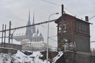 Jedno ze dvou historických stavědel na brněnském hlavním nádraží na snímku pořízeném 28. ledna 2019. Na žádost památkářů se Správa železniční dopravní cesty (SŽDC), která nádraží rekonstruuje, rozhodla obě budovy z konce 19. století zachovat. Stavědla zakonzervuje, než pro ně najde využití. Na stavědla, odkud zaměstnanec SŽDC přehazoval výhybky, se nevztahuje památková ochrana. Podle památkářů jsou ale stavědla historicky cenná a ve středoevropském prostoru již unikátní.