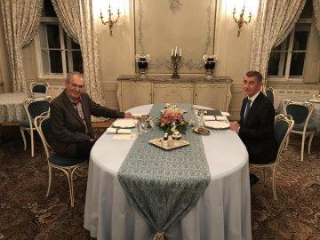 Premiér Andrej Babiš (vpravo) přijel 28. ledna 2019 večer za prezidentem Milošem Zemanem na zámek do Lán, chce mluvit o plánu ANO na paušální odvod pro živnostníky nebo absolvovaných cestách. Zeman chtěl mluvit i o Huawei.