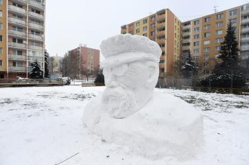 Zhruba 2,5 metru vysokou bustu prezidenta T.G. Masaryka (na snímku z 30. ledna 2019) vytvořili ze sněhu nadšenci na plácku uprostřed sídliště v Prostějově, aby tak s využitím bohaté sněhové nadílky dodatečně připomněli 100. výročí Československa.