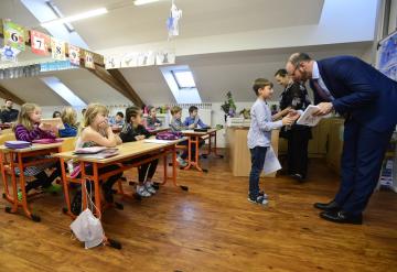 Ministr školství Robert Plaga (ANO) předal 31. ledna 2019 pololetní vysvědčení prvňáčkům v základní škole v Karmelitské ulici v Praze.
