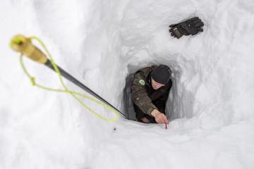 Hydrobiolog Správy Krkonošského národního parku (KRNAP) Adam Bednařík měřil 1. února 2019 množství sněhu v lavinovém Labském dole v Krkonoších. V odlehlém údolí v lokalitě Schustlerova zahrádka odborníci naměřili 253 centimetrů sněhu. Považují to za pozitivní signál pro celé hory. Pokud na jaře sníh odtaje postupně, sníží se v Krkonoších deficit vody, což by mohlo také snížit dopad sucha poslední dekády na populace vzácných druhů rostlin.