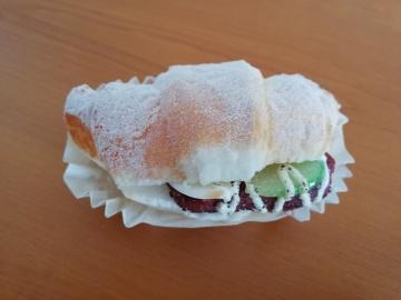 Velmi zdařilé napodobeniny dortíků - muffinů a obložených croissantů (na snímku) objevila v kamenné provozovně na Tachovsku Česká obchodní inspekce. Jsou vyrobené z molitanu.