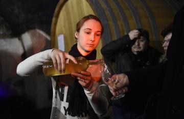 Ochutnávka mešních vín z loňské úrody moravských vinic, která 8. února 2019 ve sklepích pod Arcibiskupským zámkem v Kroměříži požehnal olomoucký arcibiskup Jan Graubner. Vína poslouží k liturgickým účelům, ochutnat je ale budou moci také zákazníci v běžném prodeji.