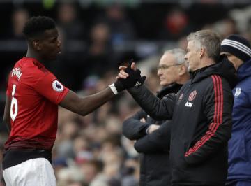 Fotbalista Manchesteru United Paul Pogba (vlevo) si podává ruku s trenérem Manchesteru United Ole Gunnarem Solskjaerem.