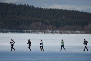 Na zamrzlé hladině lipenské přehrady u Frymburku se 9. února 2019 uskutečnil extrémní závod Lipno Ice Marathon. Jedná se o jediný středoevropský maraton, jehož trasa vede po zamrzlé vodní hladině. Na podobu a náročnost trati má vliv pouze příroda.