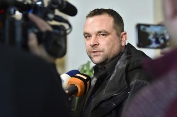 Obžalovaný Milan Chaloupka hovoří s novináři 11. února 2019 na chodbě Okresního soudu ve Zlíně, který začal projednávat případ krádeže zbraní z bývalého muničního areálu ve Vrběticích na Zlínsku.
