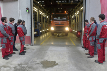 Studenti Střední průmyslové školy v Třebíči 11. února 2019 v automobilce Tatra Trucks v Kopřivnici na Novojičínsku poprvé nastartovali nákladní automobil Tatra Phoenix, který z dodaných dílů poskládali během praktické výuky.