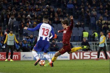 Úvodní zápas osmifinále fotbalové Ligy mistrů AS Řím - FC Porto, Nicoló Zaniolo (vpravo) z AS Řím střílí gól.