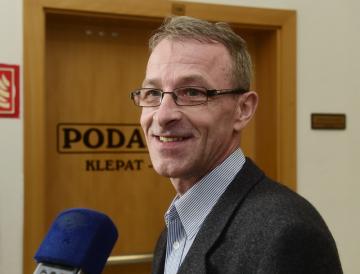 Bývalý katolický kněz Adam Stanislav Kuszaj u Okresního soudu v Jeseníku, který ho 13. února 2019 v obnoveném řízení zprostil obžaloby ze zneužívání tehdy šestnáctiletého ministranta.