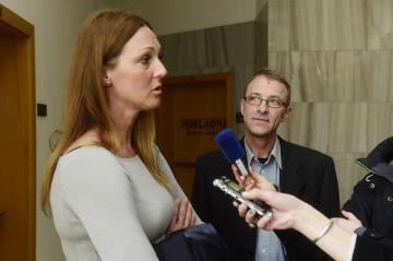 Bývalý katolický kněz Adam Stanislav Kuszaj (vpravo) u Okresního soudu v Jeseníku, který ho 13. února 2019 v obnoveném řízení zprostil obžaloby ze zneužívání tehdy šestnáctiletého ministranta. Na snímku vlevo odpovídá jeho obhájkyně Zuzana Kožňárková na dotazy novinářů.