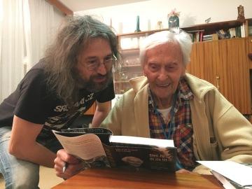 Cestovatel Miroslav Zikmund (vpravo) převzal v předvečer svých 100. narozenin 13. února 2019 jako narozeninové překvapení nově vydanou knihu Sloni žijí do sta let. Popisuje Zikmundovy cesty a návraty na Srí Lanku, jednu z jeho oblíbených destinací. Knihu v nové úpravě vydalo brněnské nakladatelství Jota se společností Piranha Film. Na snímku vlevo je cestovatel a spoluautor knihy Miroslav Náplava.