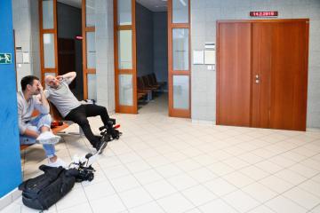Reportéři čekali 14. února 2019 na chodbě Městského soudu v Brně, kde začalo hlavní líčení s Tomášem Řepkou. Bývalý fotbalový reprezentant, který se k soudu nedostavil, čelí návrhu na potrestání kvůli opětovnému zanedbání výživného.