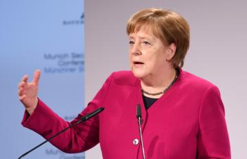 Německá kancléřka Angela Merkelová hovoří na bezpečnostní konferenci v Mnichově.