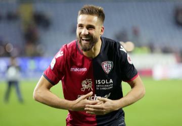 Fotbalista Cagliari Leonardo Pavoletti se raduje z gólu v utkání italské ligy s Parmou.