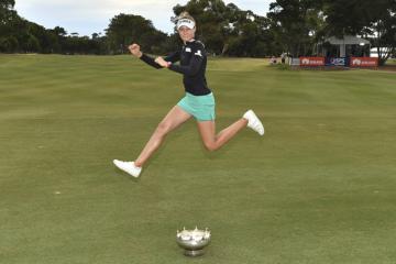 Americká golfistka Nelly Kordová se raduje z vítězství na ženském turnaji Australian Open.