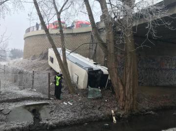 V Mělníku 18. února 2019 ráno havaroval autobus, tři lidé utrpěli zranění. Autobus po vyjetí mimo cestu spadl z mostu a převrátil se na bok. Nehoda se stala na silnici I/16 před kruhovým objezdem u Nového mostu.