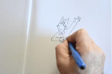 Autor dětského komiksu Čtyřlístek Jaroslav Němeček vpisuje věnování s postavičkou Myšpulína do výtisku s příběhy o Čtyřlístku během rozhovoru, který poskytl reportérovi ČTK 15. února 2019 v pražské redakci.