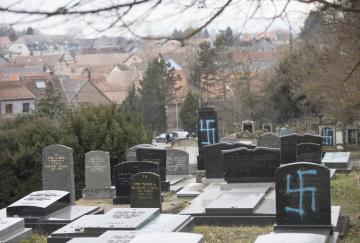 Zneuctěné hroby na židovském hřbitově ve východofrancouzském Quatzenheimu.