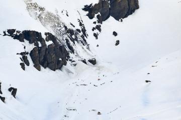 Lavina na sjezdovce ve švýcarské Crans-Montana. Na snímku jsou záchranáři v akci.