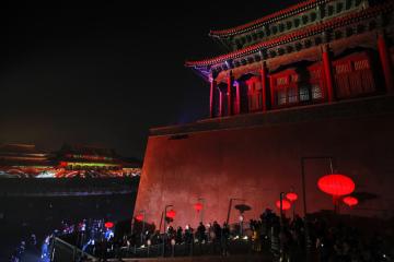 Světelná show u příležitosti Svátku lampionů v Zakázaném městě v Pekingu.