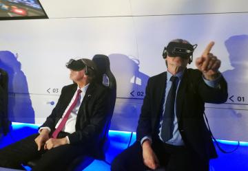 Český premiér Andrej Babiš (vlevo) a český velvyslanec v Izraeli Martin Stropnický navštívili 20. února 2019 Peresovo centrum pro inovace a mír v Tel Avivu.