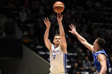 Utkání kvalifikace mistrovství světa basketbalistů: ČR - Bosna a Hercegovina, 21. února 2019 v Pardubicích. Jaromír Bohačík (vlevo) z České republiky.