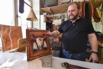 Sedlář Luděk Žákovský z Moravských Budějovic na Třebíčsku ukazoval 21. února 2019 obraz vyřezávaný z kůže.