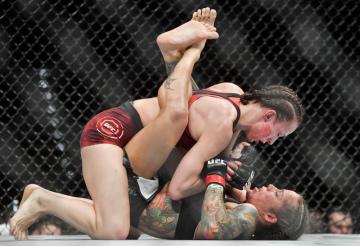 Večer smíšených bojových umění UFC Fight Night Prague, 23. února 2019 v pražské O2 areně. Lucie Pudilová z České republiky (nahoře) a Liz Carmoucheová z USA.