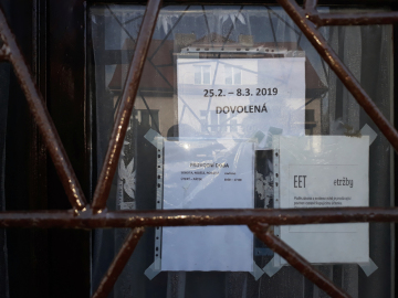 """Prodejna podniku Agro-CB v Lomnici nad Lužnicí, který prodal 564 kilogramů masa ze """"salmonelové"""" šarže z Polska, měla 26. února 2019 staženou kovovou roletu a na dveřích ceduli s nápisem 25. 2. - 8. 3. dovolená (na snímku)."""