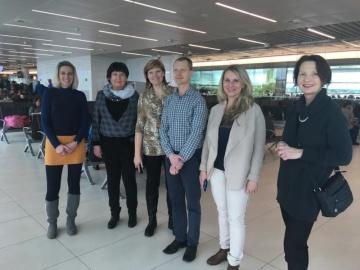 Foto české skupiny důležitých aktérů zoblasti vzdělávání  při odletu na pětidenní studijní cestu do Velké Británie.