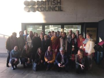 Foto účastníků ze všech tří zemí (zástupci ministerstev školství, univerzit, inspekce, místních či regionálních autorit, vzdělávacích institucí a ústavů, nevládních organizací, škol) před sídlem British Council vLondýně, kde účastníkům prezentovali britští odborníci zinspekce a ministerstva školství.